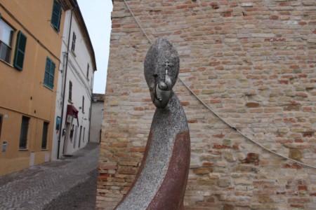 La statua di Stefano, il vescovo di Pesaro, che accolse il Barbarossa a Candelara.