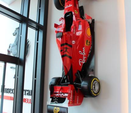 Ferrari all'ingreso di Maranello