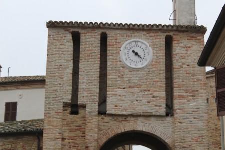 Porta del Castello di Candelara con Orologio Orologio