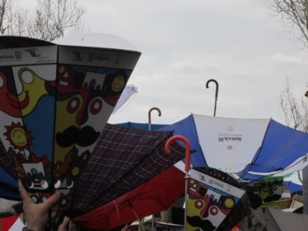 mani protese ( e ombrelli) in attesa del Getto