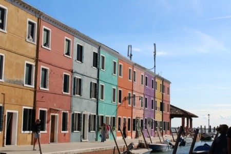 case colorate all'ingresso di Burano