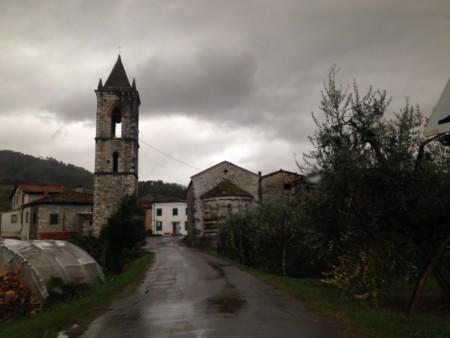Strada con campanile vicino a Barga. Valle del Serchio