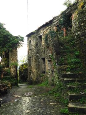 Il borgo di Castevoli presenta stradine ciotolate in pietra ed un castello medioevale Borgo