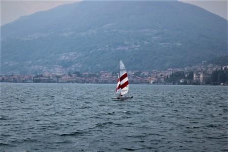 vela in mezzo al Lago di Como