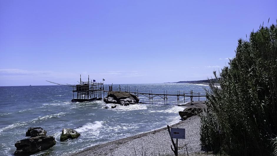 Il tratto del litorale abruzzese che si estende in parallelo alla Statale 16. La costa dei Trabocci