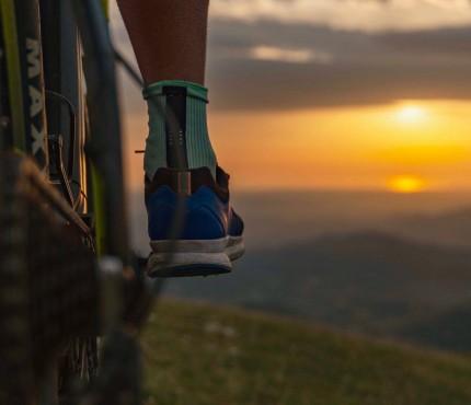 bici al tramonto sui sentieri di montagna